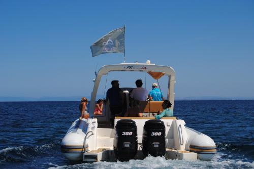Maxi gommone da dietro in navigazione nel Golfo dell'Asinara