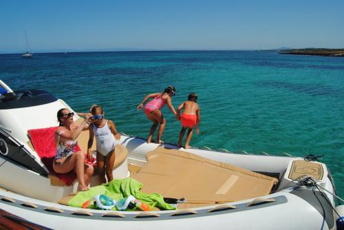 Famiglia fa bagno dal gommone durante tour nel Golfo dell'Asinara