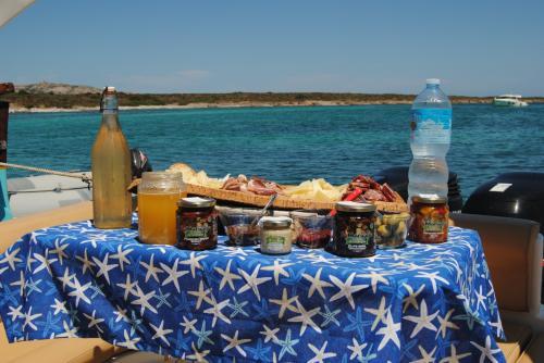 Tavola con prodotti sardi a bordo di un maxi gommone nel Golfo dell'Asinara