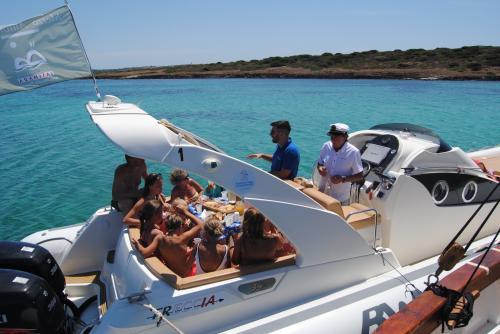 Gruppo in escursione in un maxi gommone all'Asinara