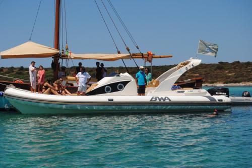 Maxi gommone ormeggiata accanto a veliero nel Golfo dell'Asinara