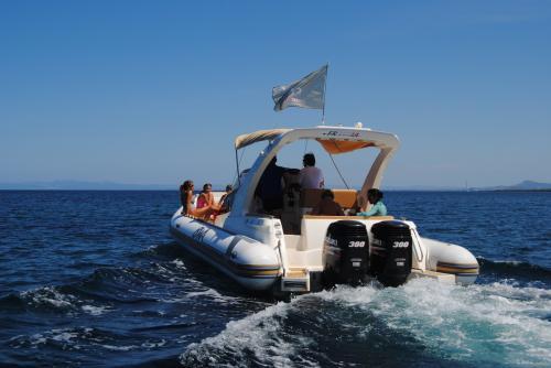 Maxi gommone da dietro nel Golfo dell'Asinara