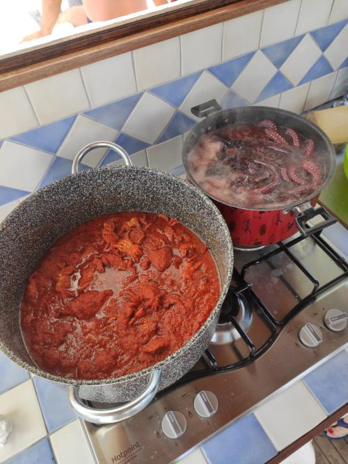 Preparazione pranzo durante escursione di pescaturismo nel Golfo dell'Asinara