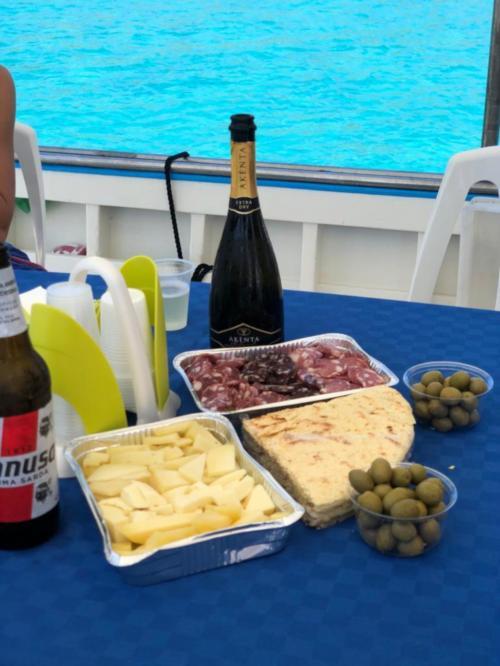 Degustazione di prodotti locali a bordo di una barca da pescaturismo nel Golfo dell'Asinara