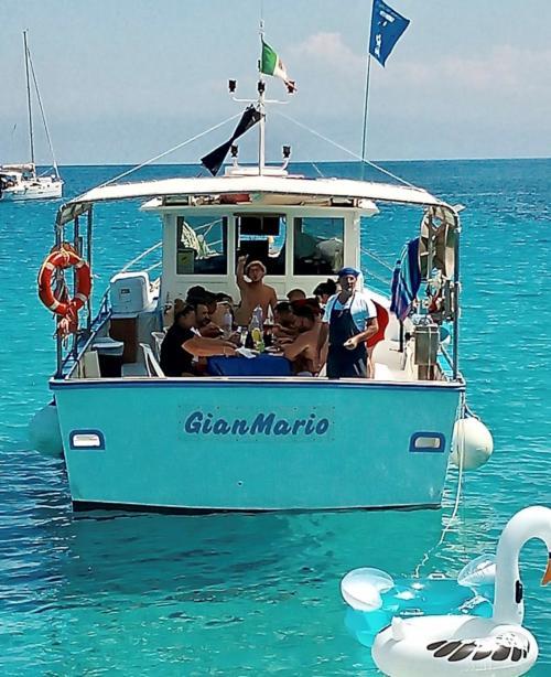 Passeggeri a bordo di un pescaturismo nel Golfo dell'Asinara