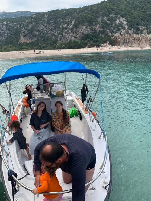Escursionisti a bordo di una barca nel Golfo di Orosei