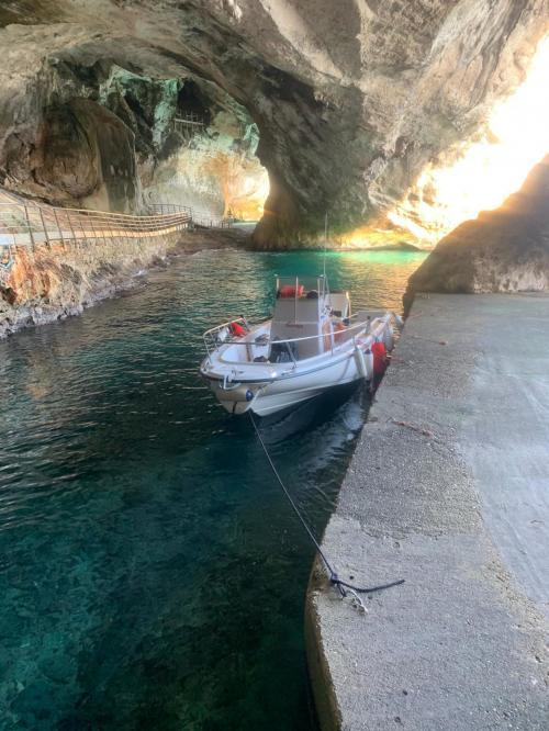 Barca attraccata nelle Grotte del Fico nel Golfo di Orosei