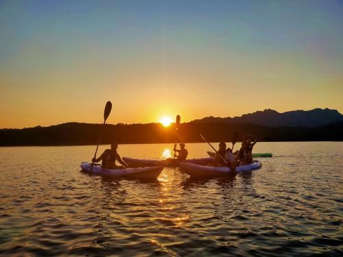 Sonnenuntergang während einer geführten Kajaktour in der Biderosa Oase