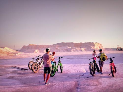 Gruppo di escursionisti in e-bike alle Saline a Sant'Antioco