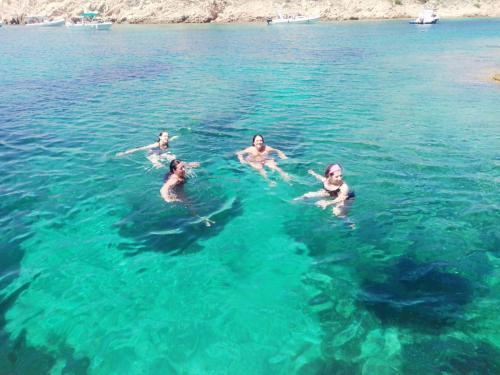 Gruppo di escursionisti fa il bagno nelle acque cristalline di La Maddalena