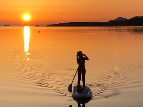 Chica en SUP a la luz del amanecer