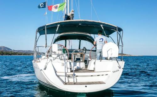 Barca a vela con skipper in navigazione nell'Arcipelago di La Maddalena