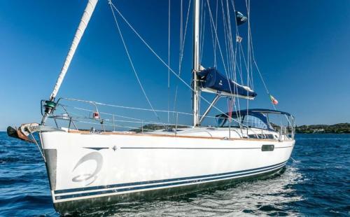Barca a vela di profilo nell'Arcipelago di La Maddalena