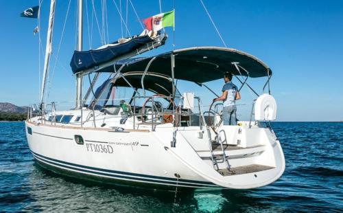 barca a vela con skipper a bordo nell'Arcipelago di La Maddalena