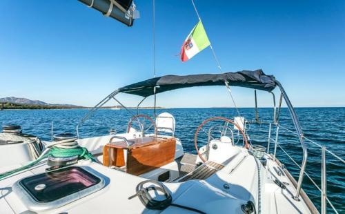 Prua barca a vela nell'Arcipelago di La Maddalena