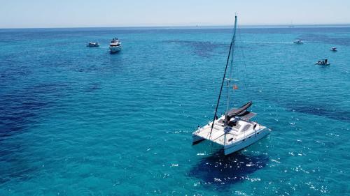 foto drone catamarano nel Golfo dell'Asinara