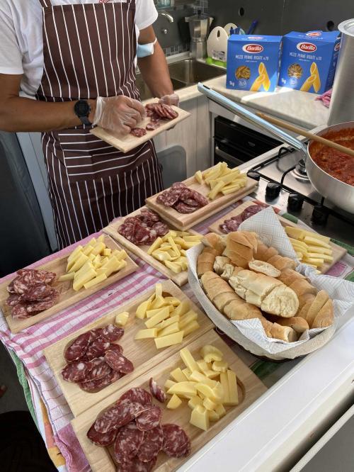 Taglieri di salumi, formaggi e pane a bordo del catamarano