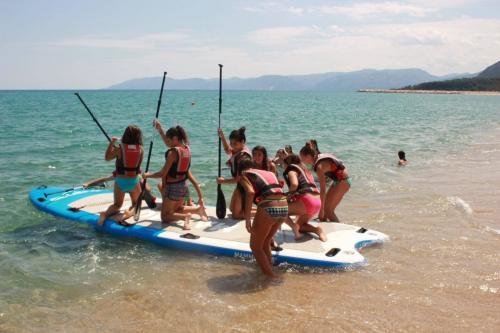 Grupo de chicas salen de la playa de Osala para una excursión de SUP