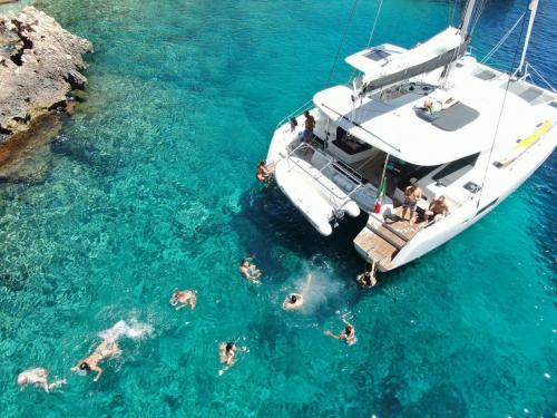 Group of people dives from the catamaran