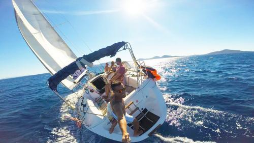 Gruppe von Ausflüglern auf einem Segelboot in Asinara