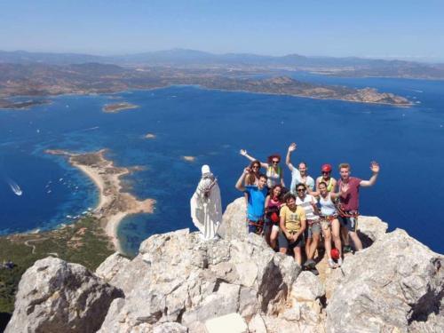 Gruppe von Wanderern auf dem Gipfel von Tavolara