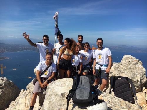Gruppe von Freunden während Trekking- und Kletterausflug