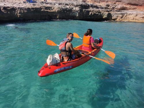 Excursión en kayak en el mar cristalino de Balai.