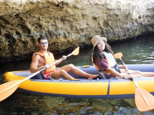 Pareja durante una excursión en kayak en Balai