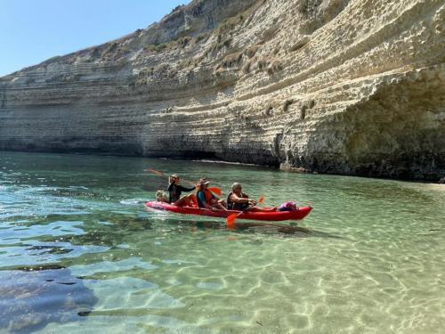 Gente en kayaks llegando a una cueva de Balai