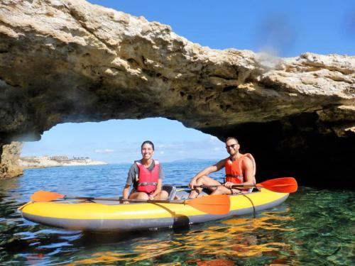 Pareja en kayak doble entre las calas de Balai