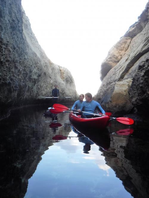 Excursionistas en kayak doble