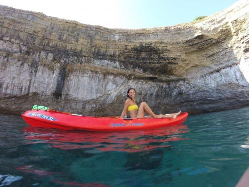 Chica en kayak en Balai