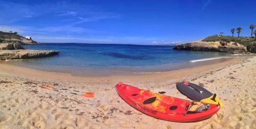 Kayak en la playa de Balai en Porto Torres