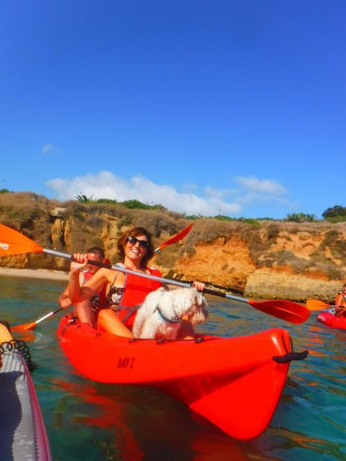 Dama en kayak con perro