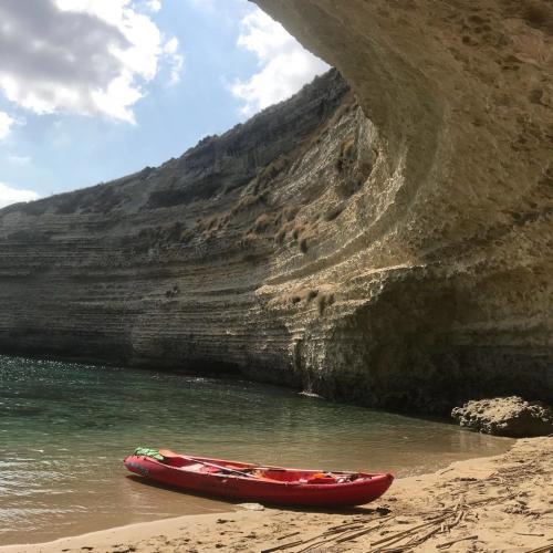 Kayak en una playa escondida en Balai