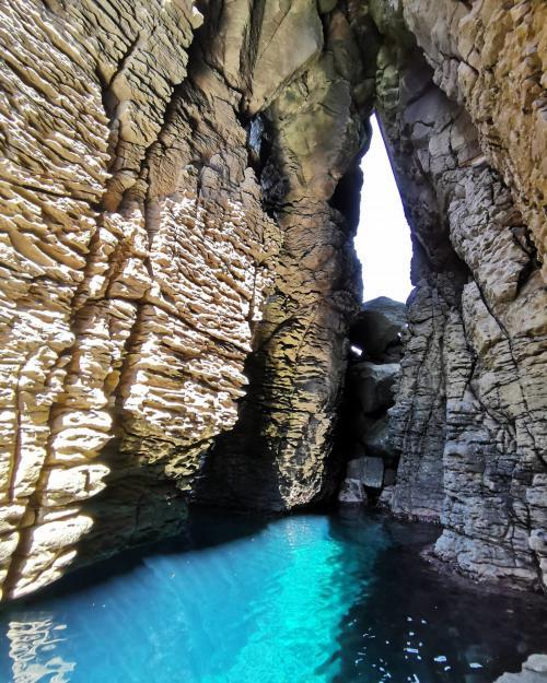 Höhle auf der Insel San Pietro