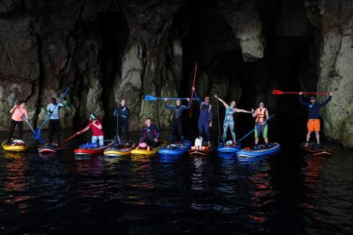Gruppe von Kindern in einer SUP-Höhle