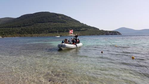 Schlauchboot mit Teilnehmern an Tauchausflügen für Anfänger
