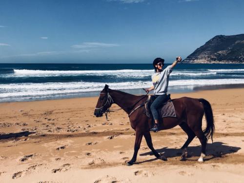 Mädchen zu Pferd in Porto Ferro