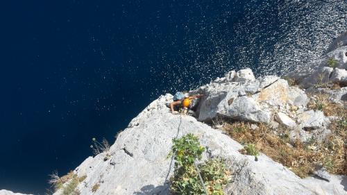 Escursionista durante esperienza guidata di arrampicata a Pan di Zucchero