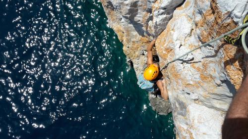 Escursionista durante arrampicata a Pan di Zucchero