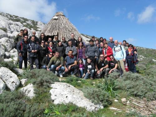 Gruppe von Wanderern auf Montalbo mit einem Führer während des Trekkings