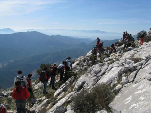 Gruppe von Wanderern entlang der Kämme von Montalbo an einem Tag des Trekkings