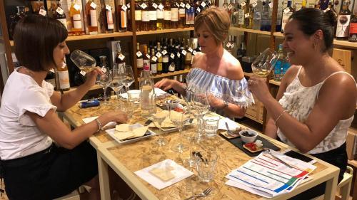 Ragazze che assaggiano vino a Cagliari