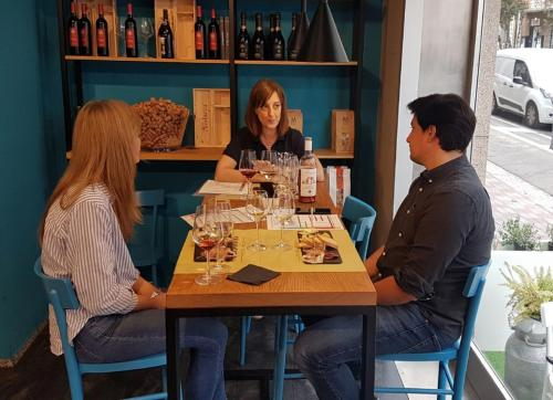 Sommelier spiega le tipologie di vini sardi a Cagliari