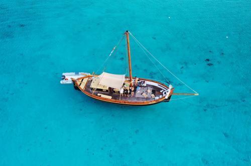 Segelschiff im kristallklaren Meer