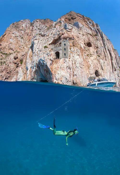 Ragazza fa snorkeling durante tour in gommone alla miniera di Porto Flavia