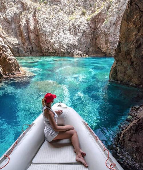 Ragazza a bordo di un gommone nella Grotta Azzurra