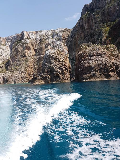 Gommone nella costa di Buggerru