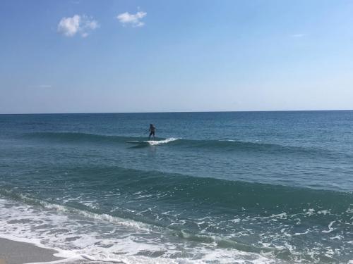 Persona en SUP en el mar en Posada